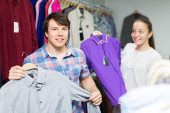 Couple choosing clothes in the mall — Stock Photo