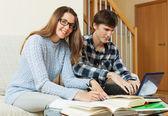 Homme et femme, préparation à l'examen — Photo
