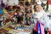 クリスマス ギフト カウンター近くの女性 — ストック写真