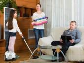 Donna e ragazza che fa pulizia — Foto Stock
