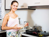 Housewife frying omelette — Stock Photo