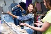 Garota comprando calças em loja — Fotografia Stock