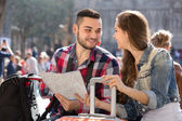Tourist couple with map in the city — Stock Photo