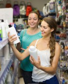Girls buying shampoo — Stock Photo
