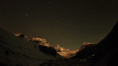 Time lapse of stars behind mountains Kyajo, Pharilapche, Machhermo Glacier — Stock Video
