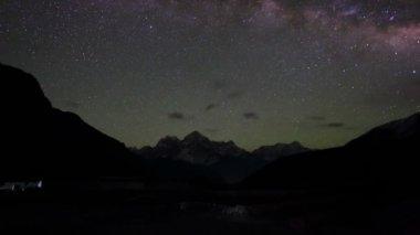 Time lapse of stars behind mountain Thamserku, Kantaiga — Stok video