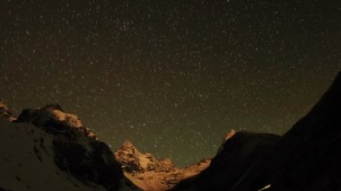 Time lapse of stars behind mountains Kyajo, Pharilapche, Machhermo Glacier. Nepal — Stock Video