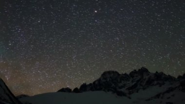 Time lapse of stars behind mountains Pharilapche peak. Nepal — Stock Video