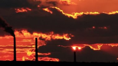 Factory pipe polluting air at sunset. environmental Problems. (timelapse) FULL HD. — Stock Video