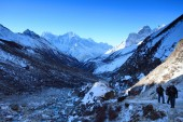 Morning. Tourists climb the mountains of the Himalayas. Nepal — Stock Photo