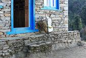 Starý proutěný koš stojí poblíž cihlovou zeď tradiční ho — Stock fotografie