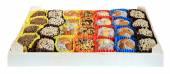Turcs bonbons, friandises dans une boîte en bois sur le fond blanc, — Photo