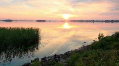Sunset over the reservoir in Vyshny Volochyok, Vyshnevolotsk district, Tver region, Russia, Full HD. Time-lapse — Stock Video