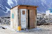 Wooden toilet in the mountains of the Himalayas. Everest region, — Stockfoto