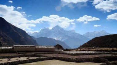 Movimento delle nuvole sulla montagne thamserku, kantaiga, himalaya, nepal. full hd — Video Stock