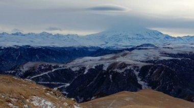 Timelapse por do sol nas montanhas Elbrus, norte do Cáucaso, na Rússia. Full Hd — Vídeo stock