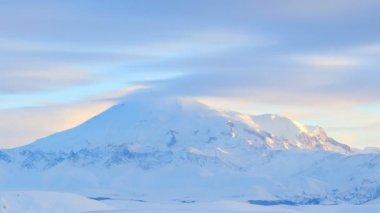 Förflyttning av molnen på berg Elbrus, norra Kaukasus, Ryssland. Full Hd — Stockvideo