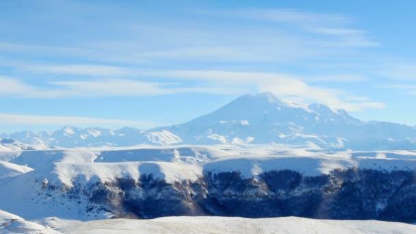 Movimiento de las nubes sobre las montañas Elbrus, Rusia, Cáucaso septentrional. Full Hd — Vídeo de stock