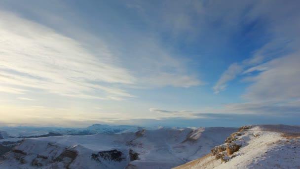 Movimiento de las nubes en las montañas, norte de Cáucaso, Rusia. Full Hd — Vídeo de stock