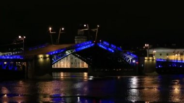 Night view of Opening Palace bridge in St. Petersburg, Russia. Full HD — Stock Video