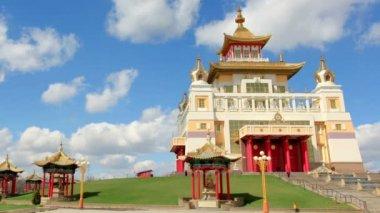 Oro morada del Buda Shakyamuni en Elista — Vídeo de Stock
