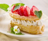 Cream puff with strawberries — Stock Photo