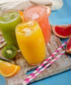 свежие соки цитрусовых — Стоковое фото