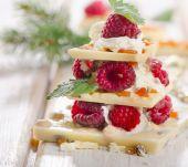 Chocolate christmas tree with berries — Stock Photo