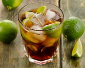 Cuba Libre with limes — 图库照片