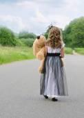 Meisje met speelgoed — Stockfoto