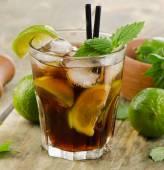 Cocktail alcolici con calce — Foto Stock