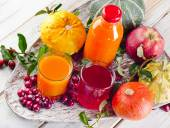 Bottle and glasses of fresh juice — Stock Photo