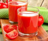 Tomato juice and fresh tomatoes — Stock Photo