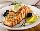 Salmon with lemon, olives and thyme — ストック写真
