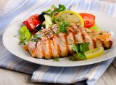 Grilled Salmon with fresh salad. — Stock Photo