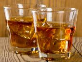 Glasses of whiskey with ice — Stock Photo