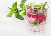 Summer cold drink with raspberries — Stock Photo