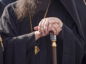 Priest's hands, leaning on his staff — Stock Photo