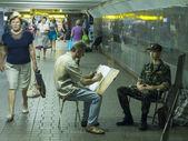 Artist paints a portrait of a soldier — Photo