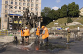 Workers hose down and clean Maidan — Stock Photo