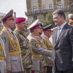 Постер, плакат: President Poroshenko greets military