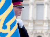 Soldier honor guard at the State Flag of Ukraine — Stock Photo