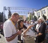 Yulia Tymoshenko's party  collecting signatures — Stock Photo