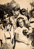 Adolf Hitler hugging children during a meeting — Stock Photo