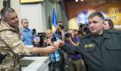 Arsen Avakov welcomes one of the officers. — Stock Photo