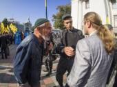 Yuri Miroshnichenko talks with activist — Stock Photo