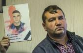 Representative of Maidan next to portrait of deceased employee — Stockfoto
