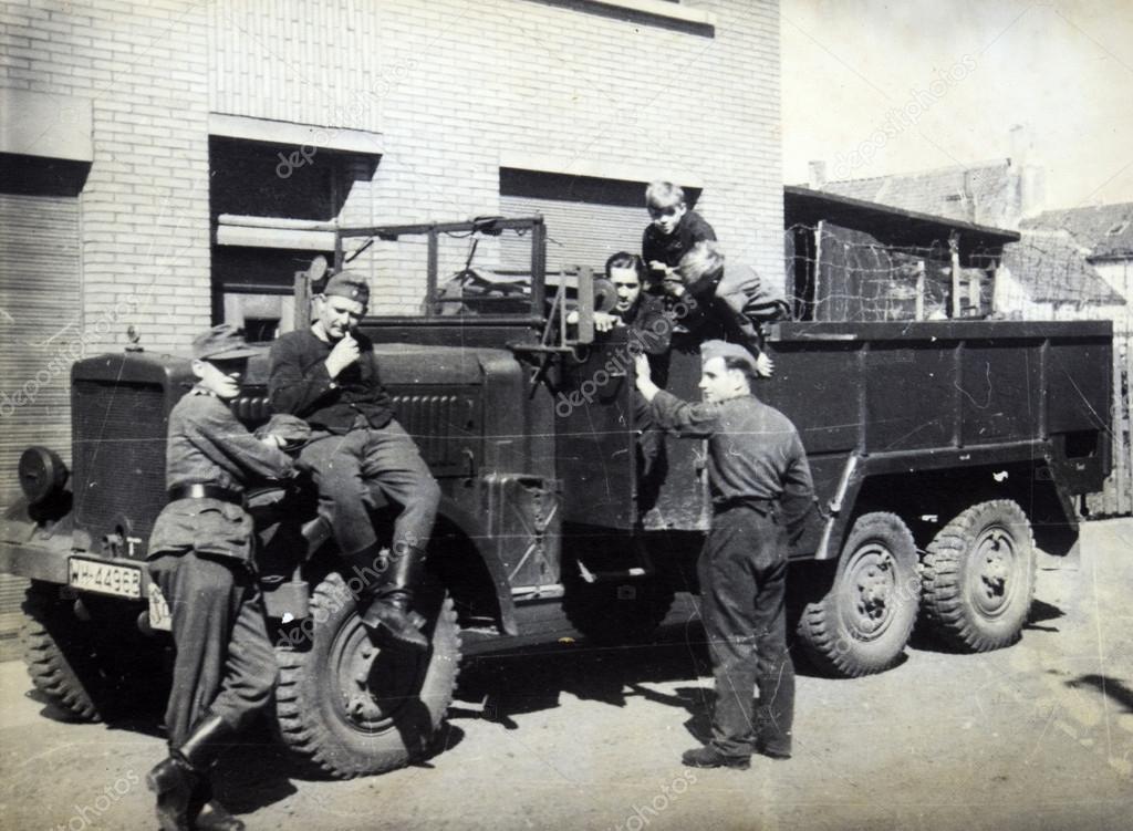 soldats allemands posant sur camion militaire photo. Black Bedroom Furniture Sets. Home Design Ideas