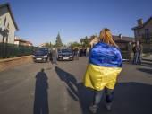 Girl wrapped Ukrainian flag — Stock Photo