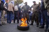 Activists Avtomaydan lit tire. — Stock Photo